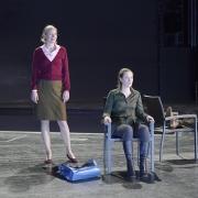 mit Anna Gesewsky als Petra Stockmann und Matthias Breitenbach als Thomas Stockmann / Foto: Falk von Traubenberg